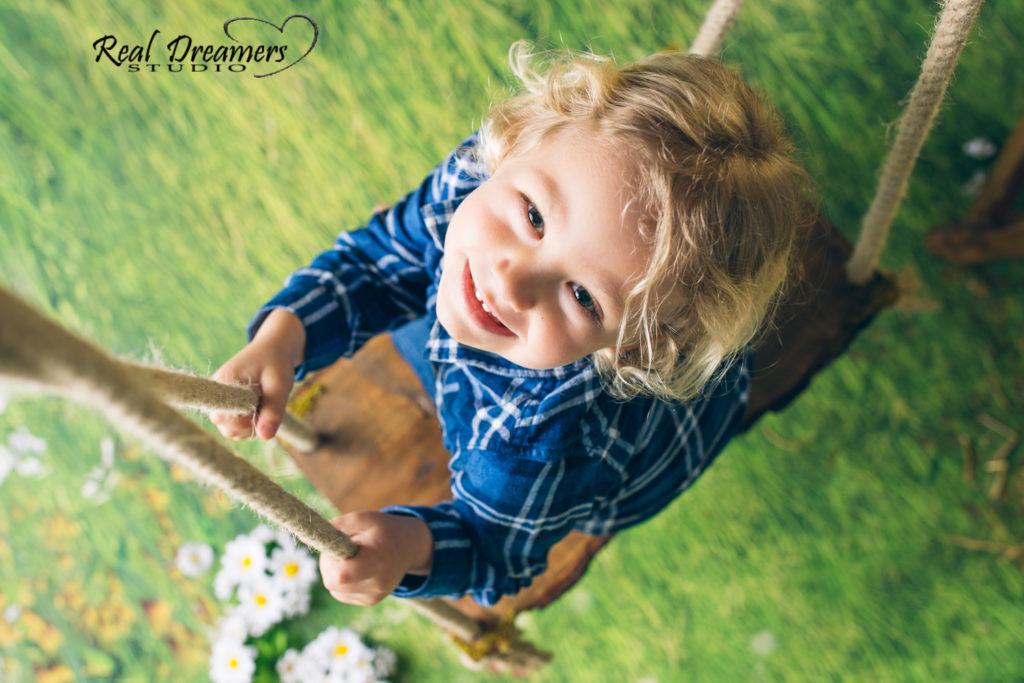 Servizio Fotografico Bambini - altalena da su boy