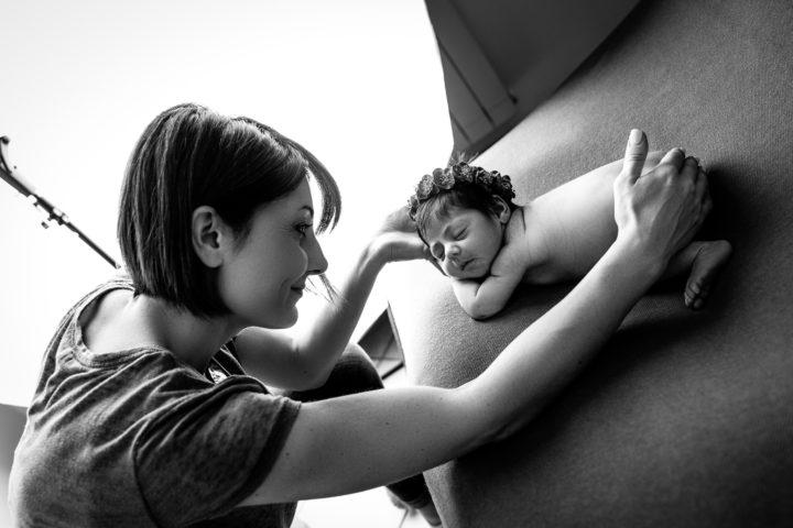 Anna Lisa Di Vaio con un neonato foto in bianco e nero