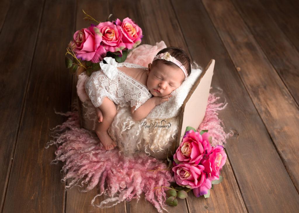 set fotografico neonati bimba su lettino