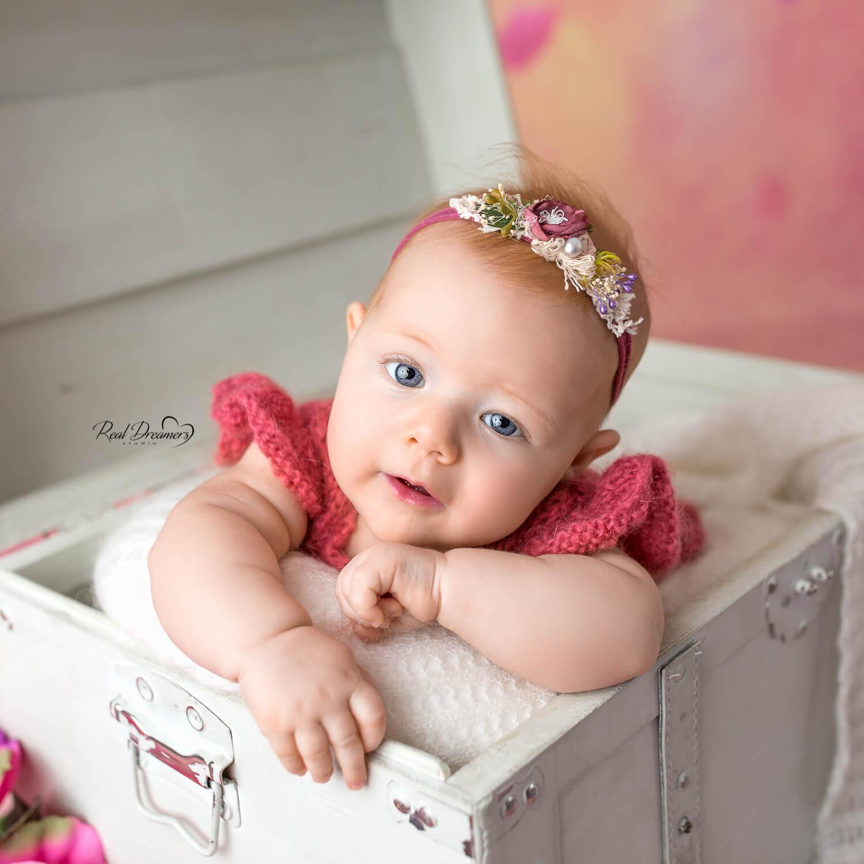 Fotografa bambini Real Dreamers Studio - Bebè che si affaccia da cassa del tesoro