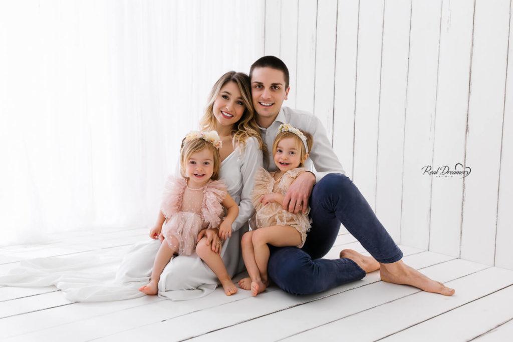 Servizio-Fotografico-Famiglia-Con-mamma-e-papà-sfondo-bianco