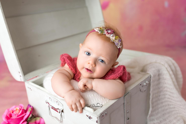 Real Dreamers Studio - Bebè nella scatola di legno