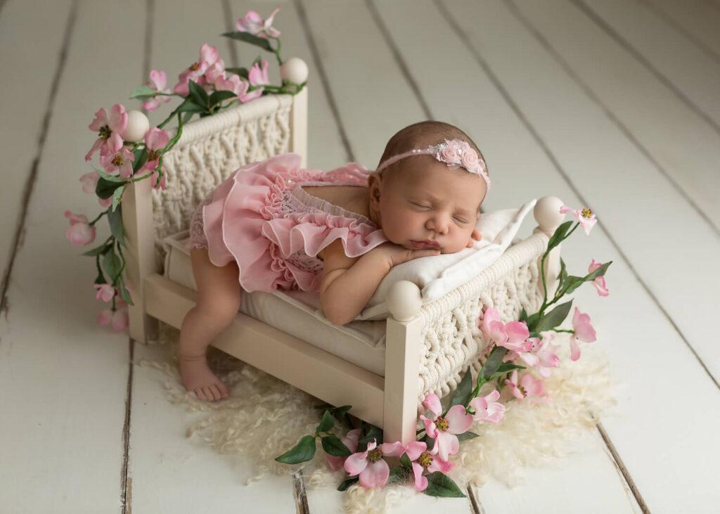 Real-Dreamers-Studio-fotografia-newborn-neonata-lettino-fiori