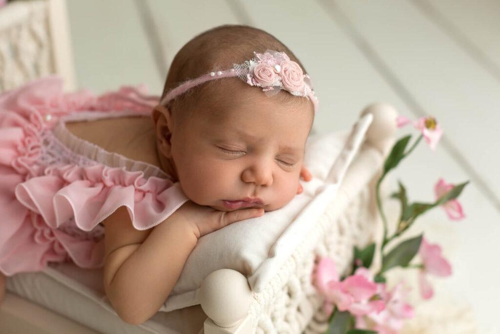 Real-Dreamers-Studio-servizio-fotografico-newborn-neonata-lettino-fiori